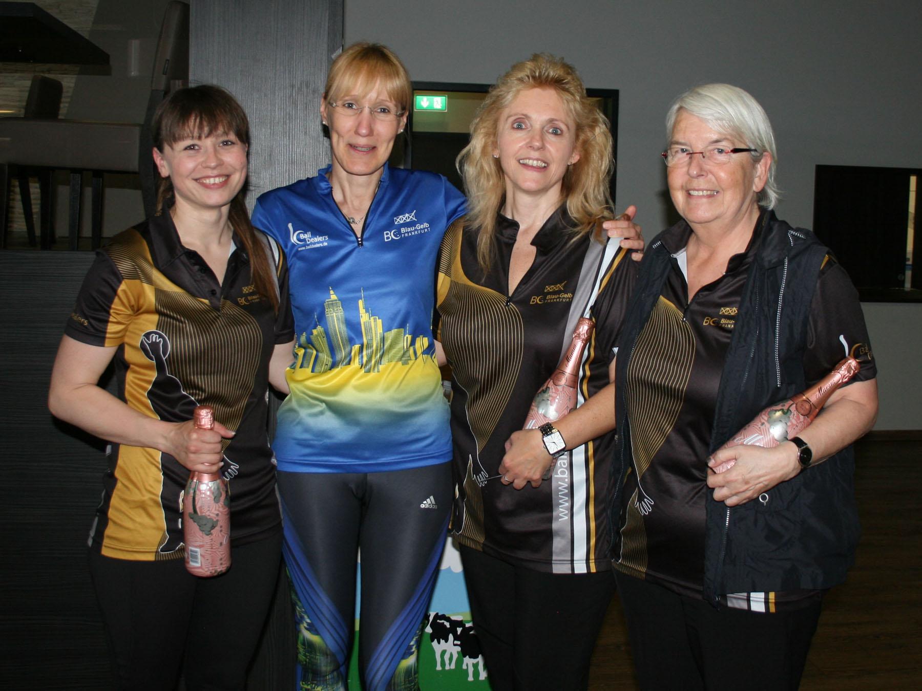 Platz 3: Irina und Petra (außen), Platz 2: Uta (2.v.l.), Platz 1: Petra (2.v.r.)