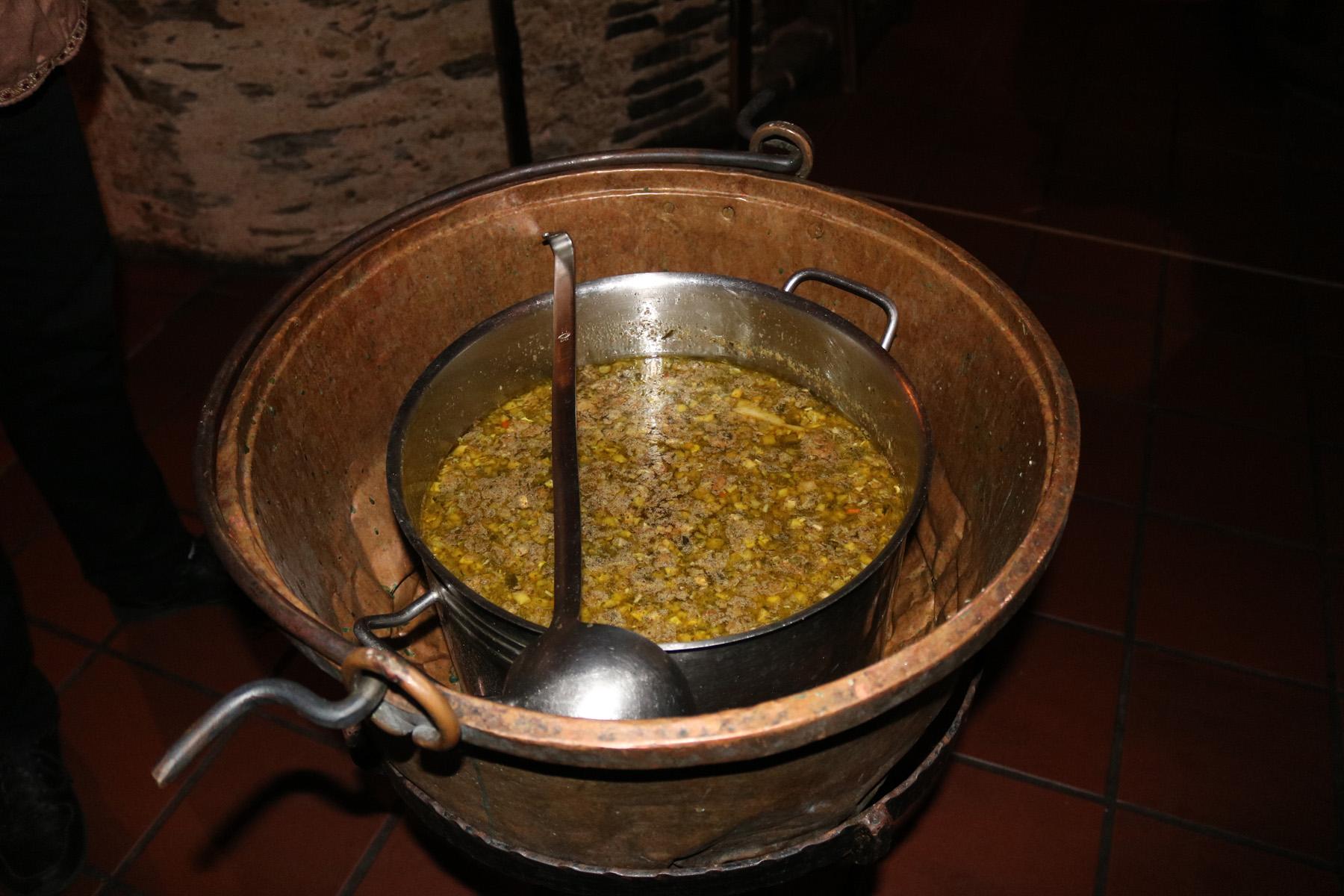 Suppe aus dem Kessel