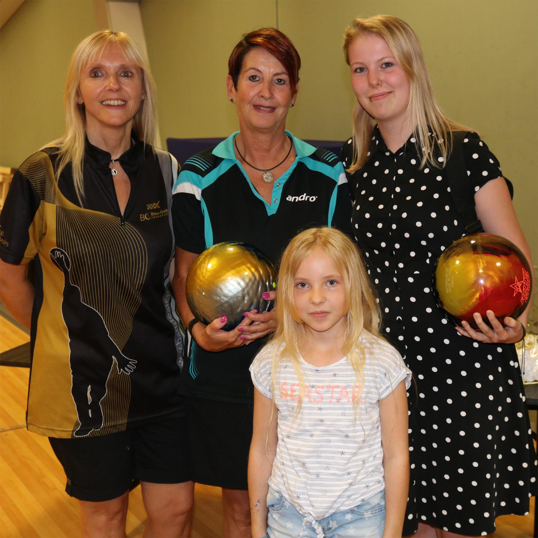 Gewinner der 3 Bowlingbälle Susan Steul, Anna Heuckeroth und Radj Kumar Arenja (nicht anwesend)