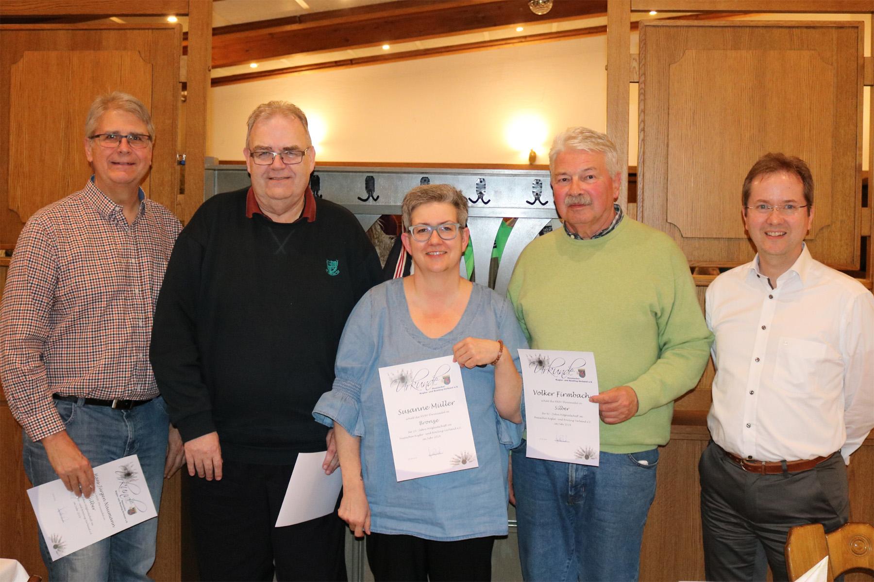 Hans-Jürgen, Klaus, Susi und Volker erhielten die Ehrennadeln des HKBV von Helge (v.l.)
